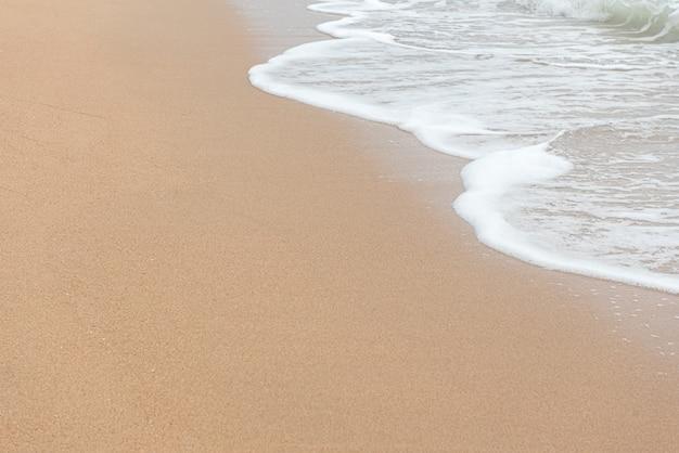 水の波と砂のビーチ