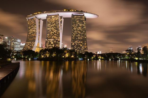 シンガポール市街のスカイライン、夕暮れ時にマリーナ湾。