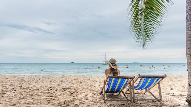 若い女性のビーチチェアでリラックス、夏休み休暇旅行。