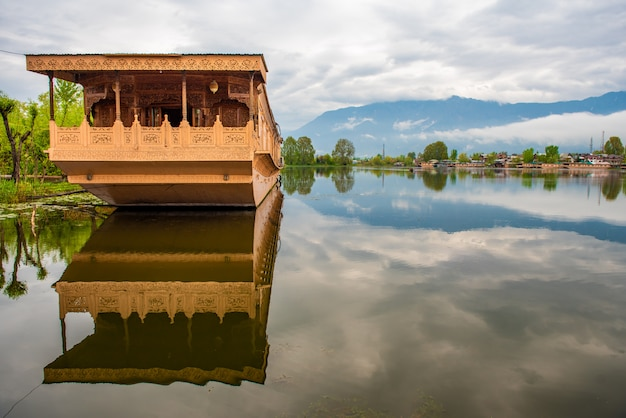 インド、スリナガルカシミールの観光サービスのための湖のボートハウス。