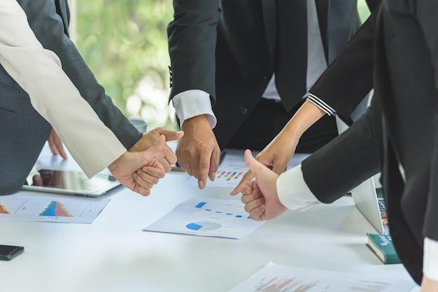 ビジネスの人々のチームワークは、会議で目標を指し、あなたがそれを行うことができる表現