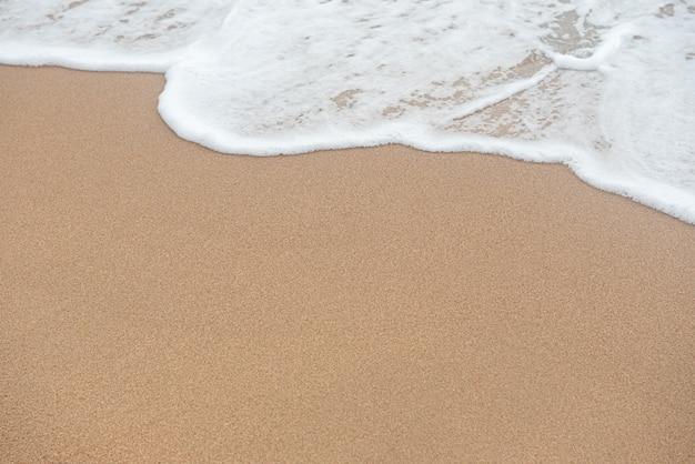 波と砂のビーチの背景にコピースペース。