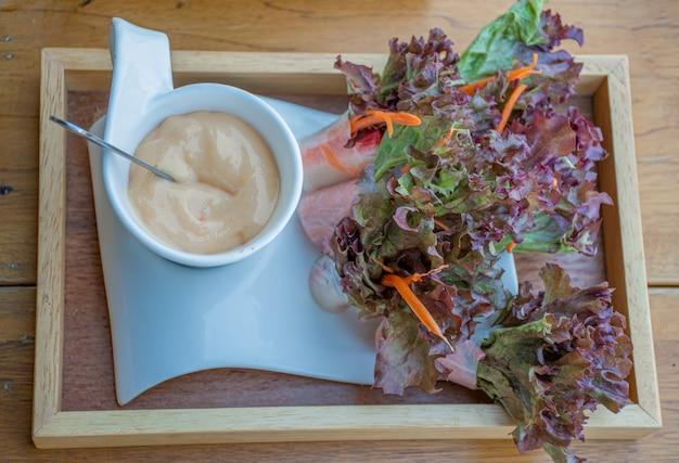 Вегетарианский салат рулетики с соусом.