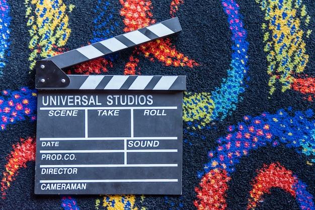 Аксессуар режиссера видеоаппаратуры красочный фильм в стиле коврового фона