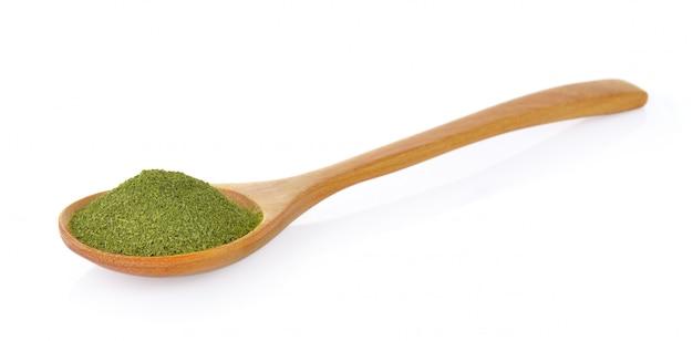 木のスプーンで乾燥した緑茶
