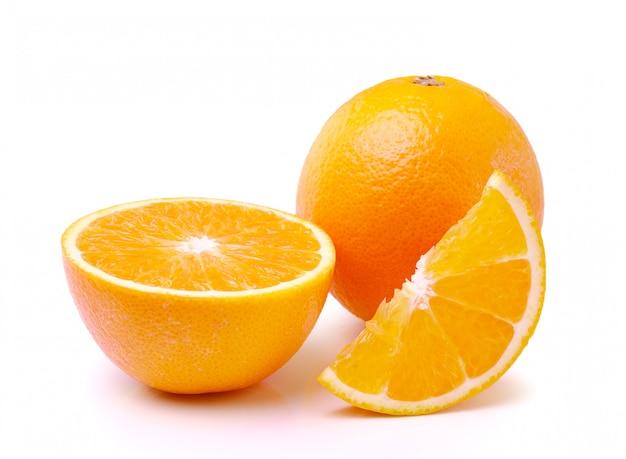 白い背景で隔離のオレンジ色の果物