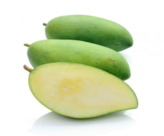 Зеленый манго на белом фоне