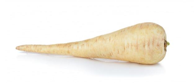 白い背景の上の新鮮なパースニップの根