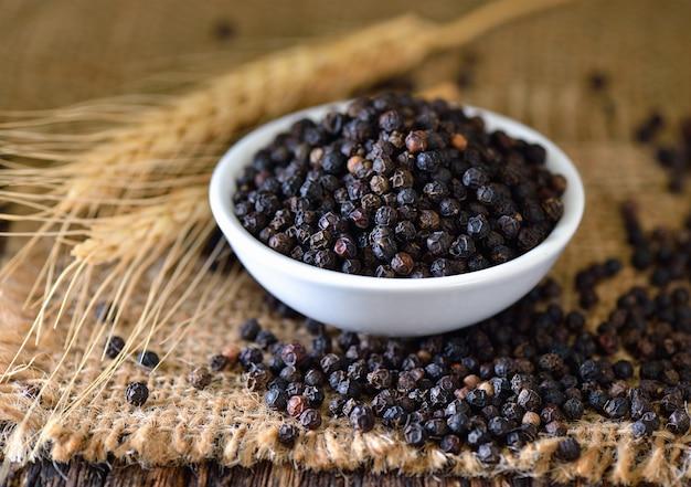 テーブルの上の黒胡椒粉
