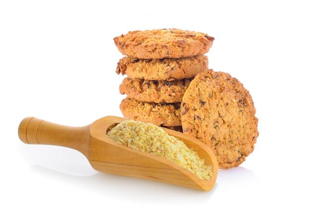 オートミールクッキーとホワイトスペースに木製のスクープで小麦胚芽