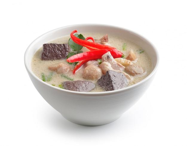 Куриный суп из кокоса в миске