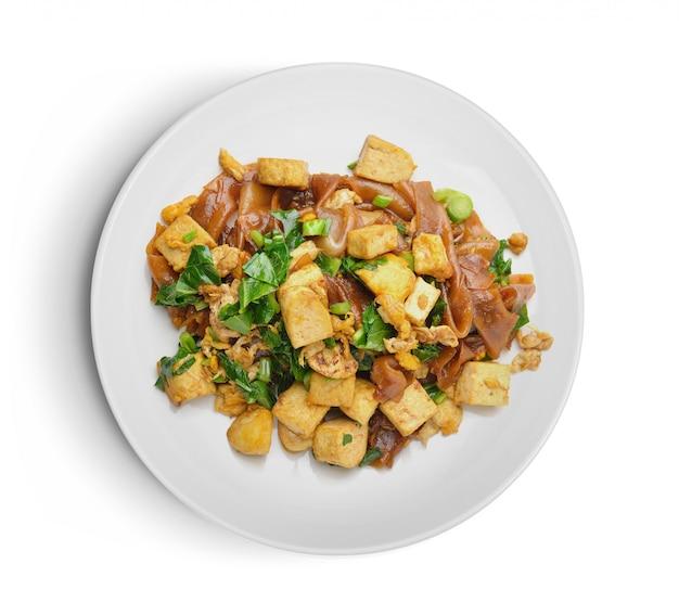 プレートに豆腐が入ったチャーハンをかき混ぜる