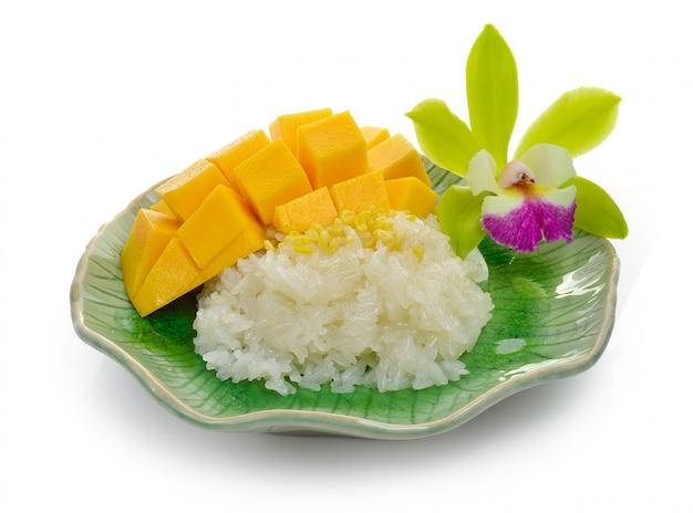 Липкий рис с манго на керамической тарелке
