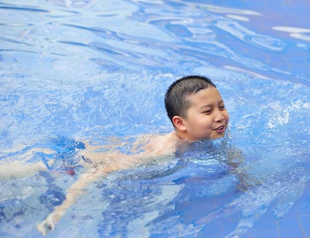 水泳や水中で遊ぶ子供たち