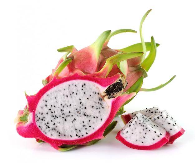 Драконий фрукт на белом фоне