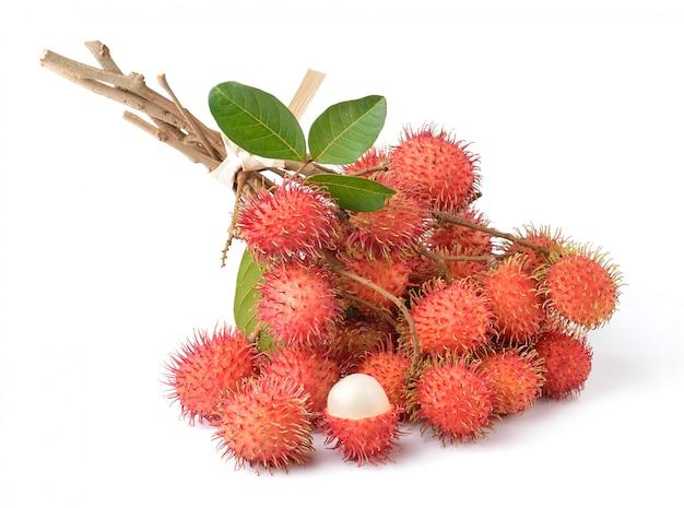 Рамбутан сладкий вкусный фрукт, изолированные на белом пространстве