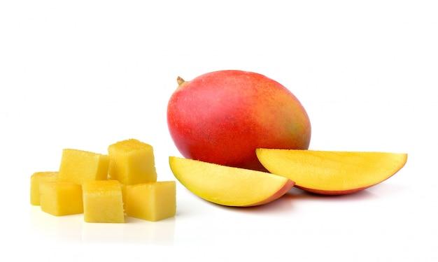 Свежее манго изолированное на белом космосе