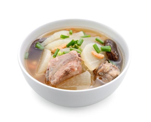 Суп редис с свинины служить на чашу, тайская еда, изолированных на белом фоне