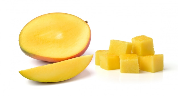 Ломтик свежего манго на белом фоне