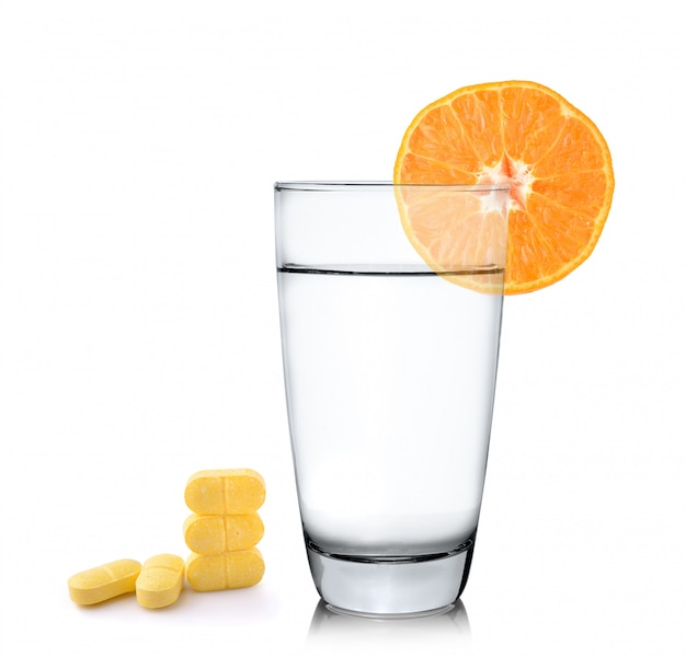 Апельсиновый сок в стакане, оранжевый фрукт с таблеткой витамина с на пустое пространство