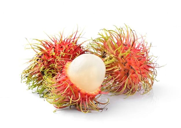 Свежий рамбутан сладкий вкусный фрукт, изолированные на белом