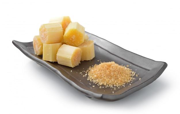 Сахарный тростник на черной тарелке