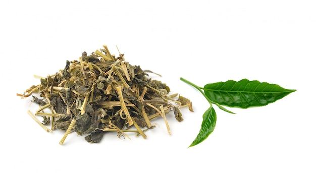 Ароматный зеленый чай, изолированный на белом