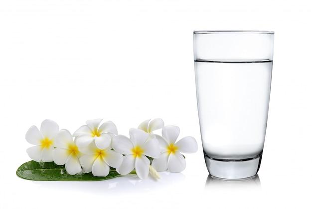 コップ一杯の水と熱帯の花フランジパニ(プルメリア)