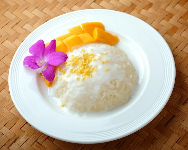 Тайский десерт, манго с клейким рисом.