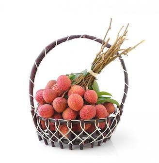 Свежие фрукты личи в корзине, изолированные на белом
