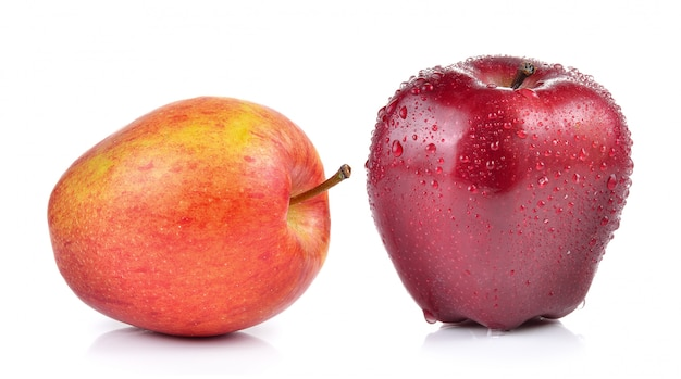 分離された水滴と赤いリンゴ