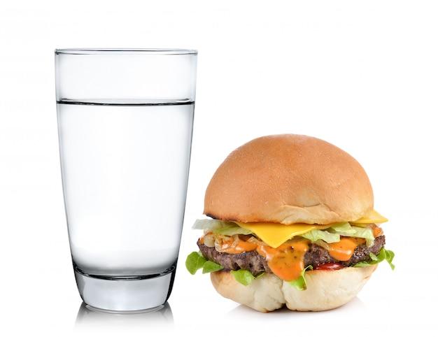 Стакан воды с гамбургером