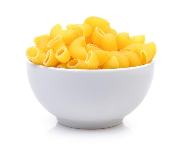Сухие макароны в миске