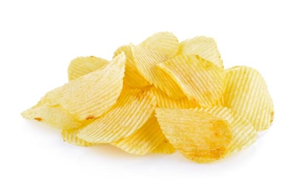Картофельные чипсы на белом фоне