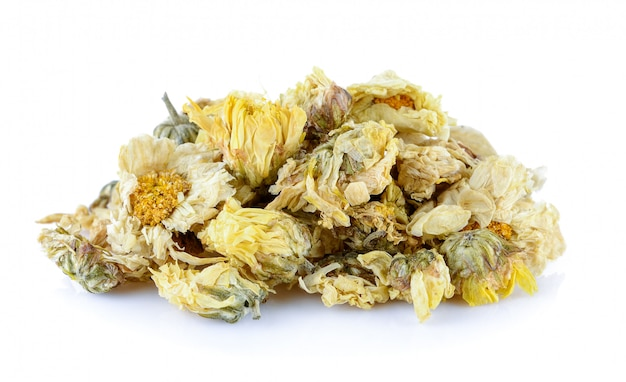 Сушеные цветы хризантемы на белом фоне