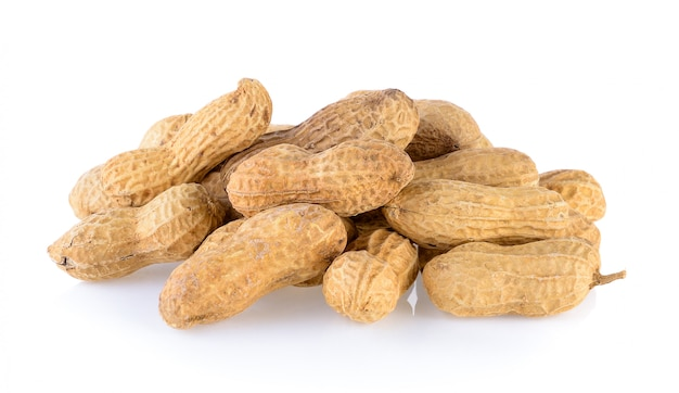 Семена арахиса, изолированные на белом фоне