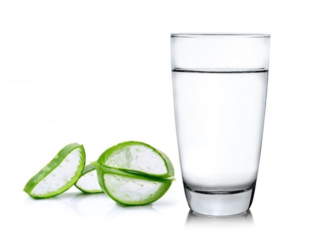 Зеленое алоэ вера с водой на белом