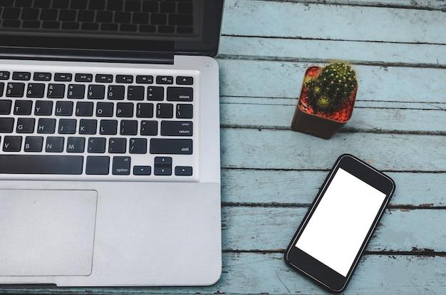 ノートパソコンとテーブルの上のスマートフォン