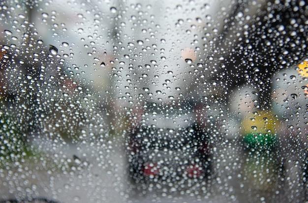 雨ぼやけ交通渋滞。