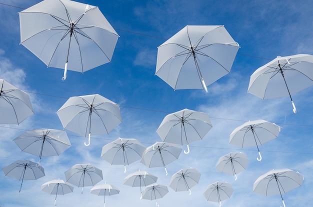 傘の白と空