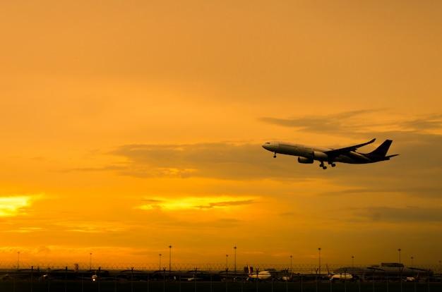 飛行機は夕方に離陸します
