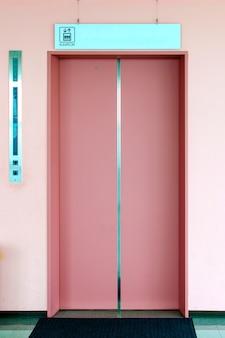ピンクのドア付きエレベーター