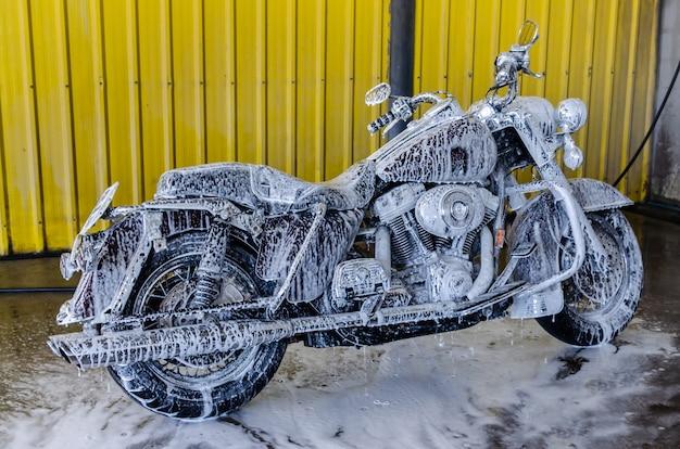 ビッグバイクを洗う