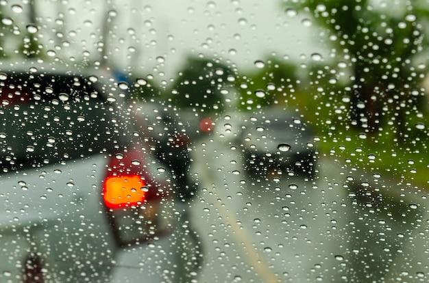 Затуманенное окно автомобиля с каплями воды