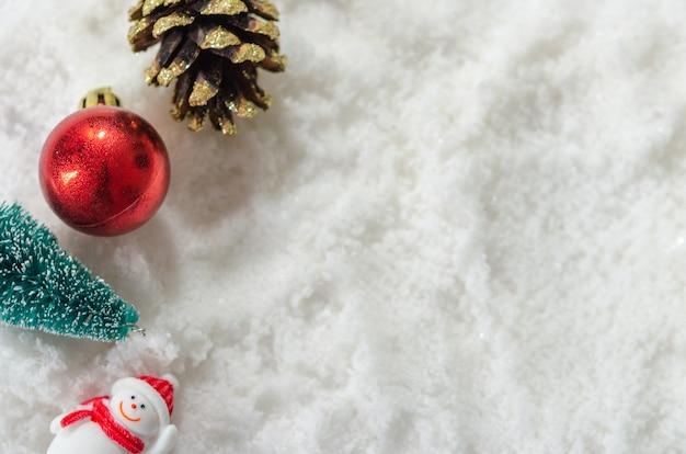 雪背景、メリークリスマスグリーティングカードに雪だるまとクリスマスの装飾