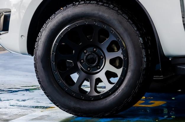Автомобильные шины и черный магнит