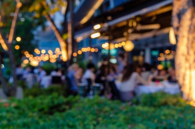 Затуманенное люди едят в ресторанах
