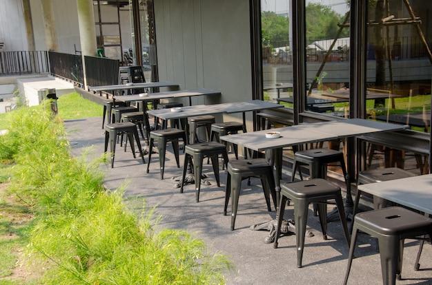 喫茶店の外の椅子