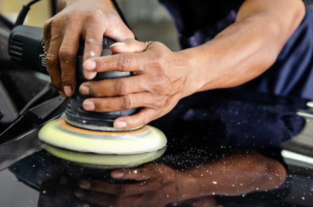 車を磨く手