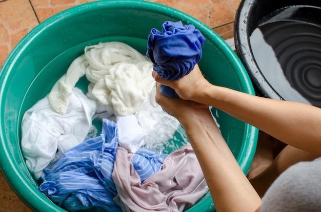 女性の服を洗う
